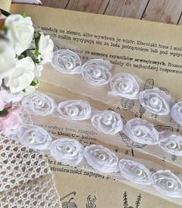 Białe róże na tiulu z perełką 20mm