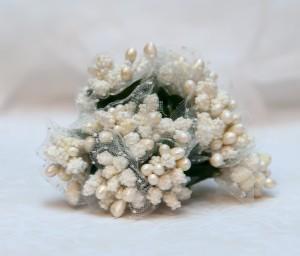 Kaszka - Ryżyk  biała z tiulem  z zielonymi listkami
