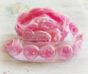 Róże na tiulu różowe