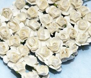 Tuzin papierowych różyczek ecru rozwiniętych ok. 1,5  cm - 12 sztuk